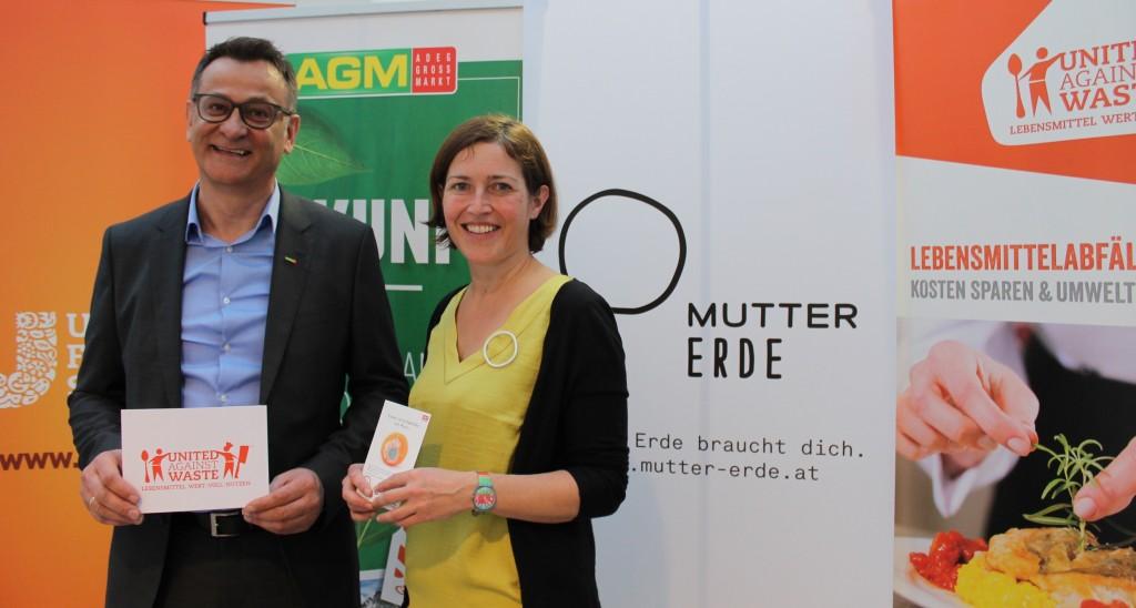 Josef Pirker (AGM) und Hildegard Aichberger (MUTTER ERDE) vor den Logos der Initiativen Mutter Erde, United Against Waste und AGM sowie Unilver Food Solutions